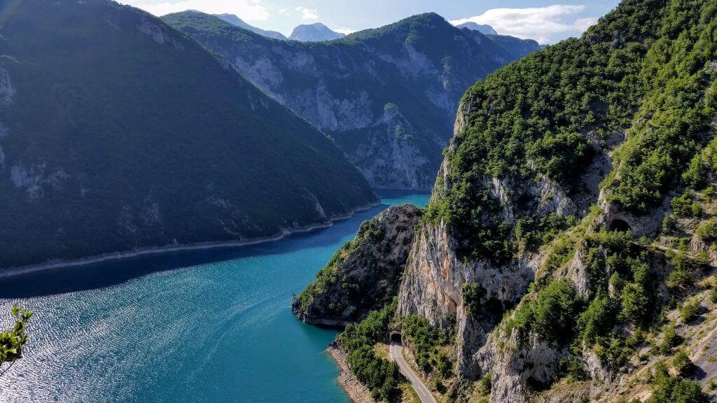 дорога у реки Пивы Черногория
