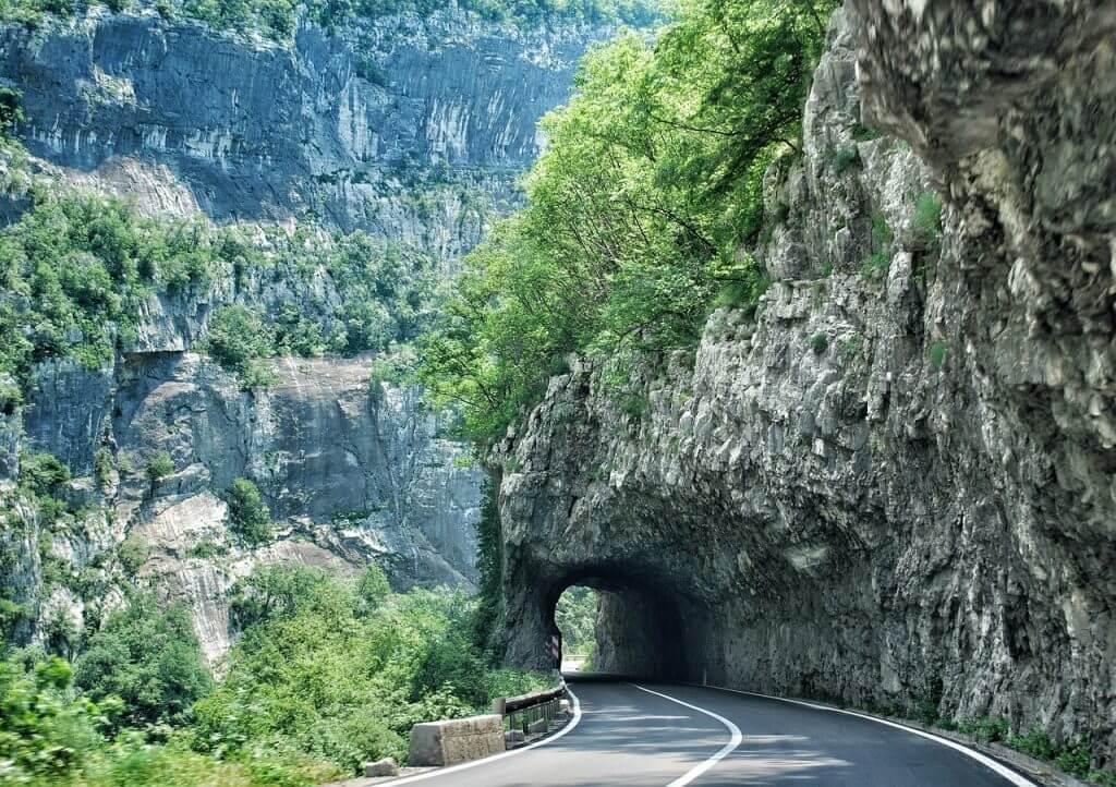 дорога в скале Черногория
