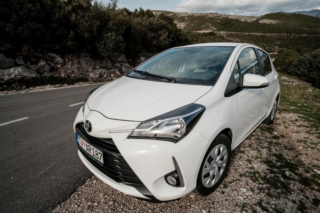 белая Toyota Yaris 2018