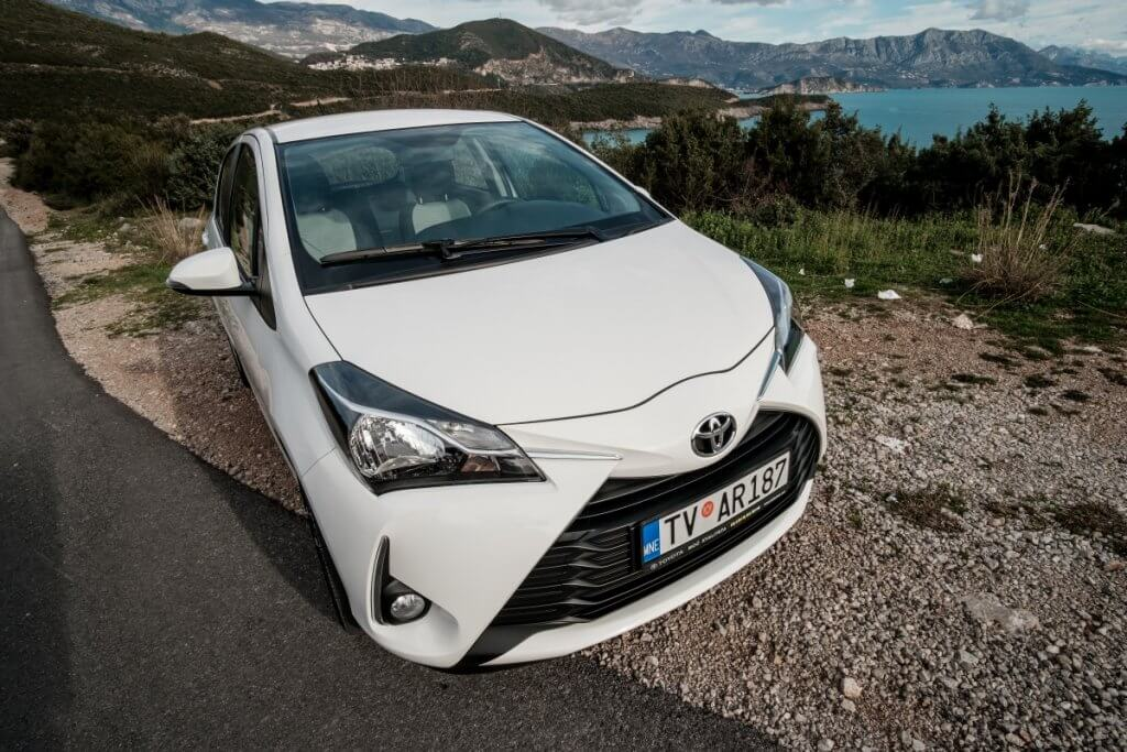 белая Toyota Yaris