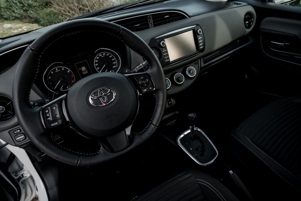 салон в Toyota Yaris