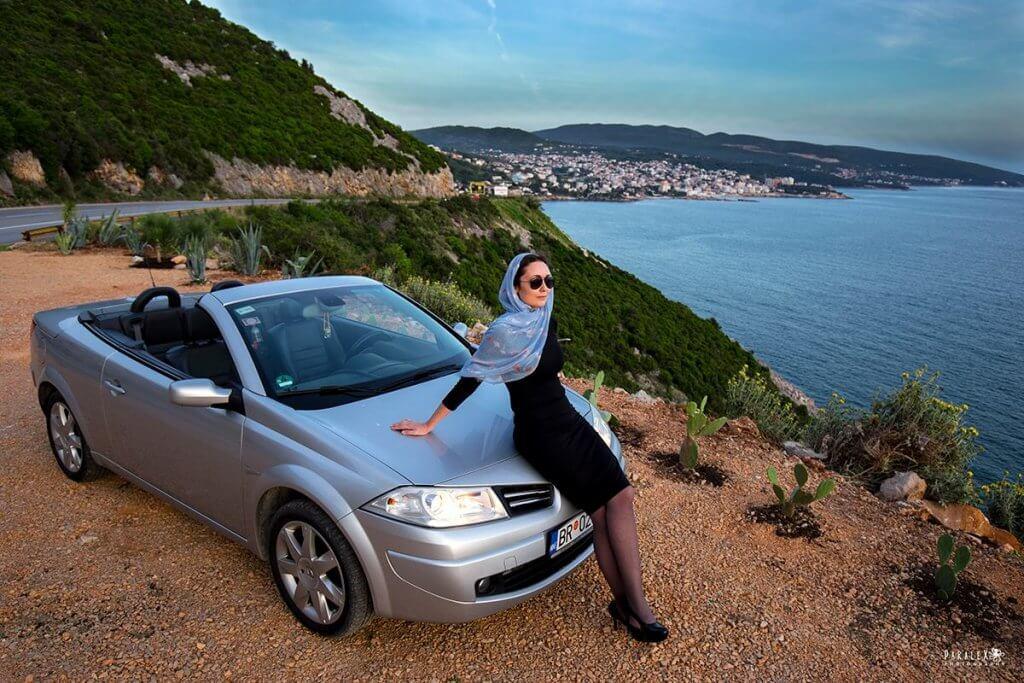 девушка с кабриолетом в Черногории