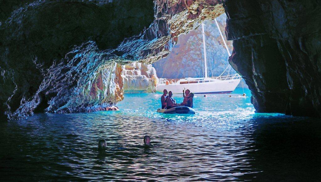 Голубая пещера в Черногории