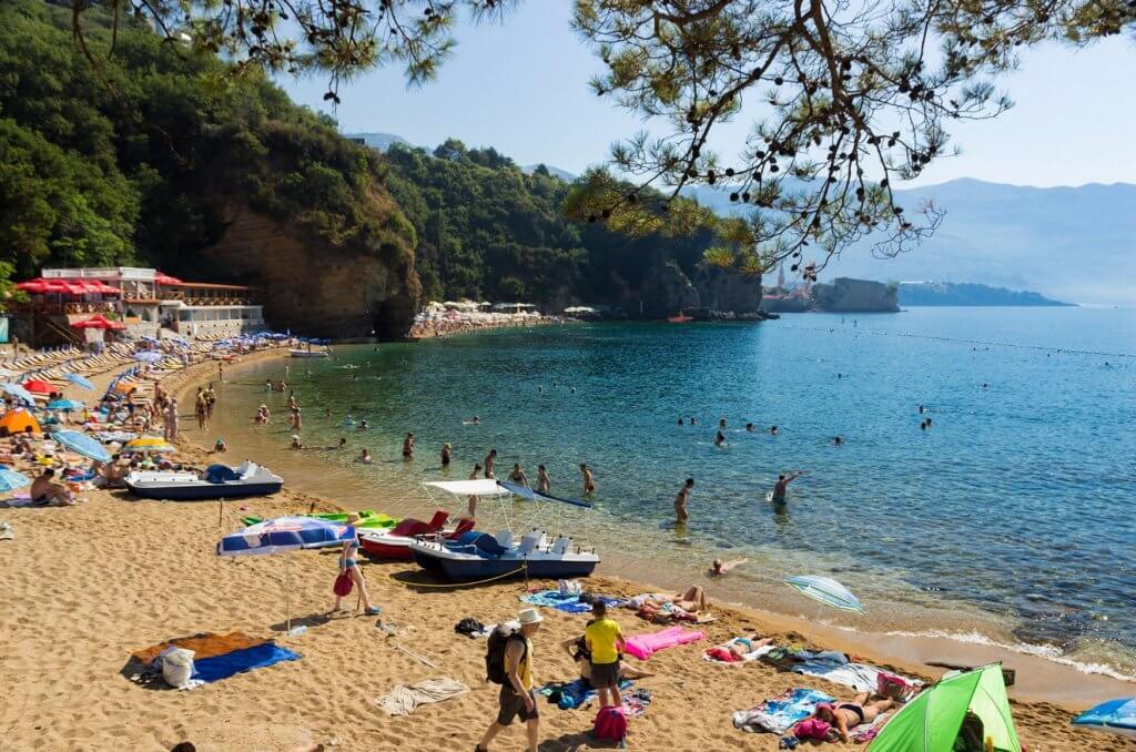 Бархатный сезон на пляжах Черногории