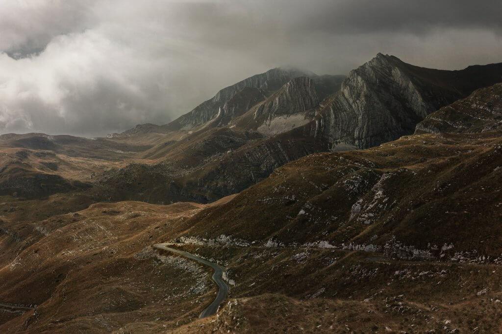 серпантины в горах Черногории