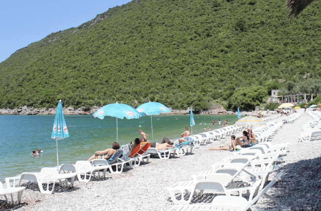 Пляж Жаница в Черногории инфраструктура