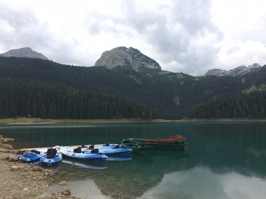 Черное озеро Думитор отдых